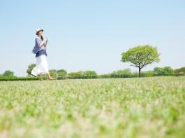 晴れ・草原・女性